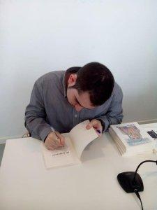 Fernando López García, literato español firmando ejemplares de su última publicación : Mi Tormenta
