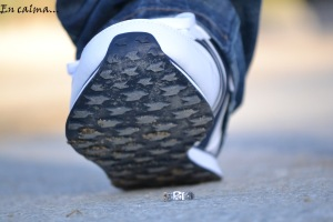 En calma, la imagen muestra un zapato deportivo a punto de pisar un anillo con las letras de Ferki