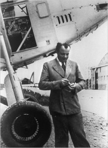 Fotografía de Saint-Exupéry junto a un avión en 1933